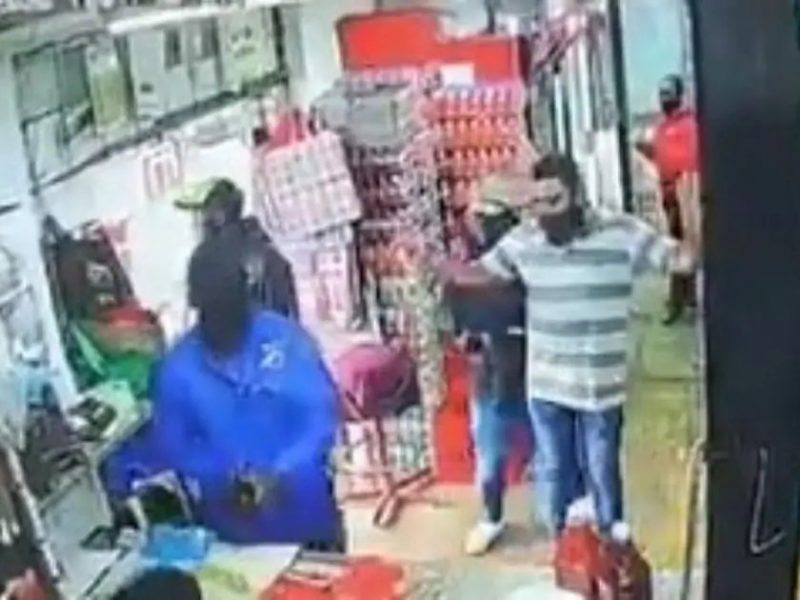 'Crime' Armed robbery caught on CCTV (video)