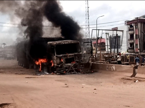 'Horrific' Angry mob burn truck in Onitsha after crushing cart pusher to death